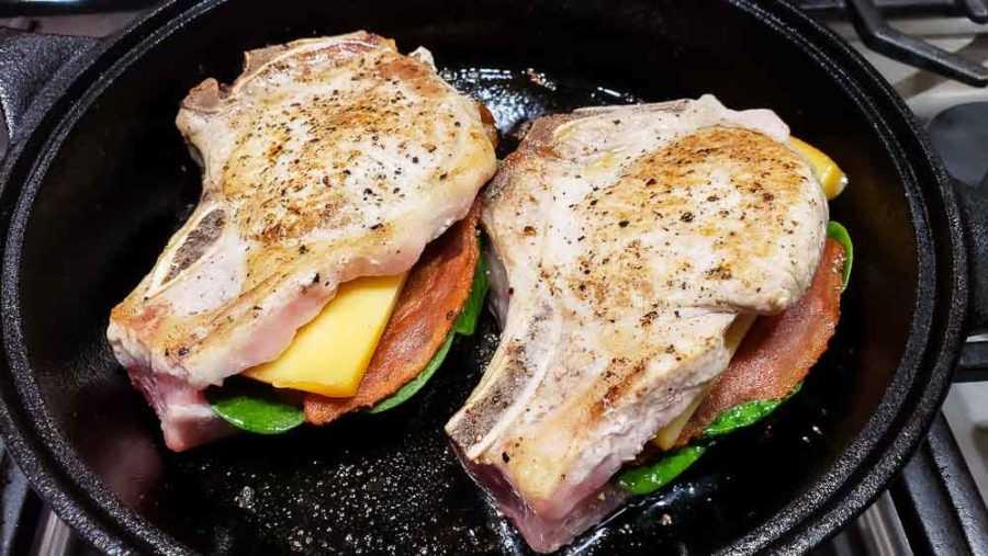 """duas costeletas de porco recheadas cozidas em uma frigideira de ferro fundido """"srcset ="""" https://cdn1.zonacooks.com/wp-content/uploads/2020/02/Smoked-Gouda-and-Bacon-Stuffed-Pork- Chops-Dinner-for-Two-7-900x507.jpg 900w, https://cdn1.zonacooks.com/wp-content/uploads/2020/02/Smoked-Gouda-and-Bacon-Stuffed-Pork-Chops-Dinner -for-Two -7-500x282.jpg 500w, https://cdn1.zonacooks.com/wp-content/uploads/2020/02/Smoked-Gouda-and-Bacon-Stuffed-Pork-Chops-Dinner-for- Two-7- 768x432.jpg 768w, https://cdn1.zonacooks.com/wp-content/uploads/2020/02/Smoked-Gouda-and-Bacon-Stuffed-Pork-Chops-Dinner-for-Two-7 -320x180.jpg 320w, https://cdn1.zonacooks.com/wp-content/uploads/2020/02/Smoked-Gouda-and-Bacon-Stuffed-Pork-Chops-Dinner-for-Two-7-480x270. jpg 480w, https: //cdn1.zonacooks.com/wp-content/uploads/2020/02/Smoked-Gouda-and-Bacon-Stuffed-Pork-Chops-Dinner-for-Two-7-720x405.jpg 720w, https: // cdn1.zonacooks.com/wp-content/uploads/2020/02/Smoked-Gouda-and-Bacon-Stuffed-Pork-Chops-Dinner-for-Two-7-735x 414.jpg 735w, https: //cdn1.zonacoo ks.com/wp-content/uploads/2020/02/Smoked-Gouda-and-Bacon-Stuffed-Pork-Chops-Dinner-for-Two-7.jpg 1000w """"size ="""" (largura máxima: 900 px) 100 vw 900 px"""