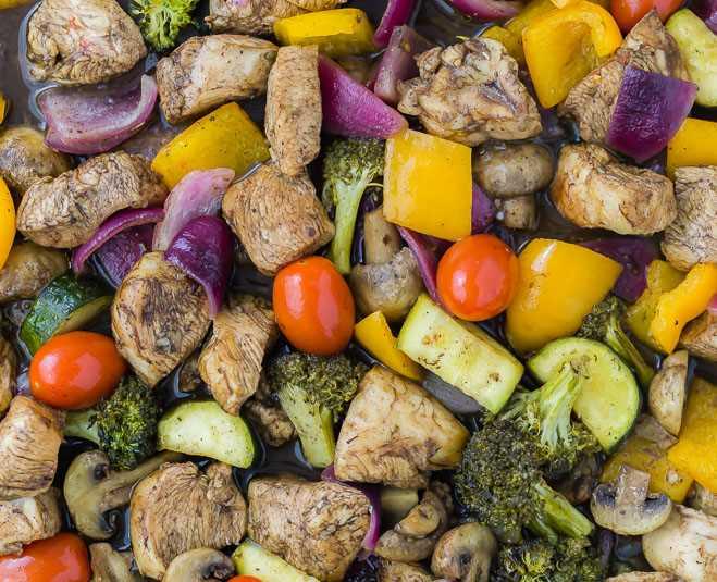 Imagem de legumes e frango em uma frigideira, close-up