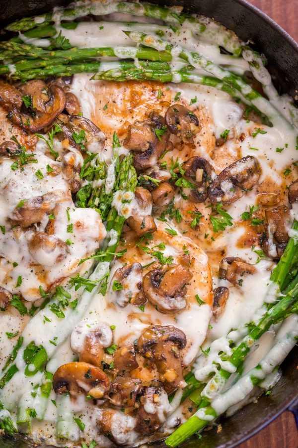 Receta de la fábrica de tarta de queso para pollo hecho en una cena de pollo en una sartén