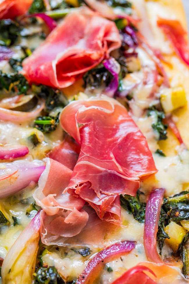 Pão com presunto e legumes balsâmicos: a resposta para aqueles momentos em que você deveria comer uma salada, mas gosta de pizza! Parte de salada de couve, parte de pizza, perfeita para jantares RÁPIDOS durante a semana ou FÁCIL de entretenimento!