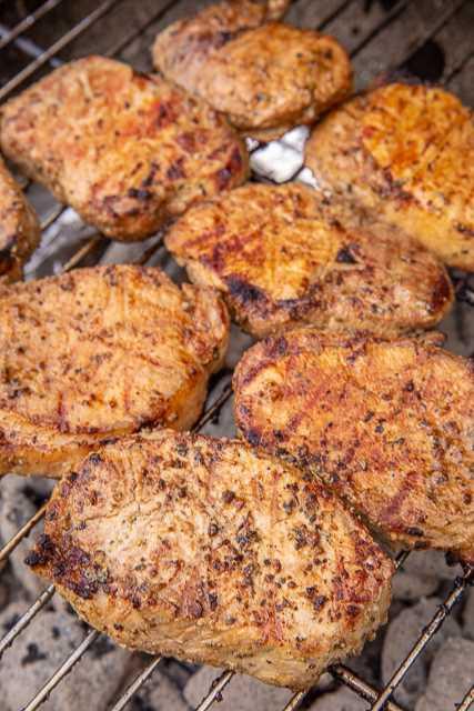 Chuletas de cerdo griegas a la parrilla: ¡sin duda las MEJORES chuletas de cerdo que he comido! Marinado en aceite de oliva, jugo de limón, salsa Worcestershire, cebolla en polvo, ajo en polvo, mostaza molida, sal y pimienta. Los hice para una comida al aire libre y todos se entusiasmaron con ellos. ¡Tenía que darles a todos la receta! ¡Tan simple y MUY delicioso! #grilling #porkchops #grill #pork