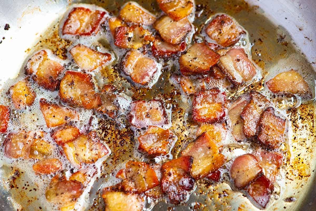 Tocino cocinado en una sartén para col frita con tocino