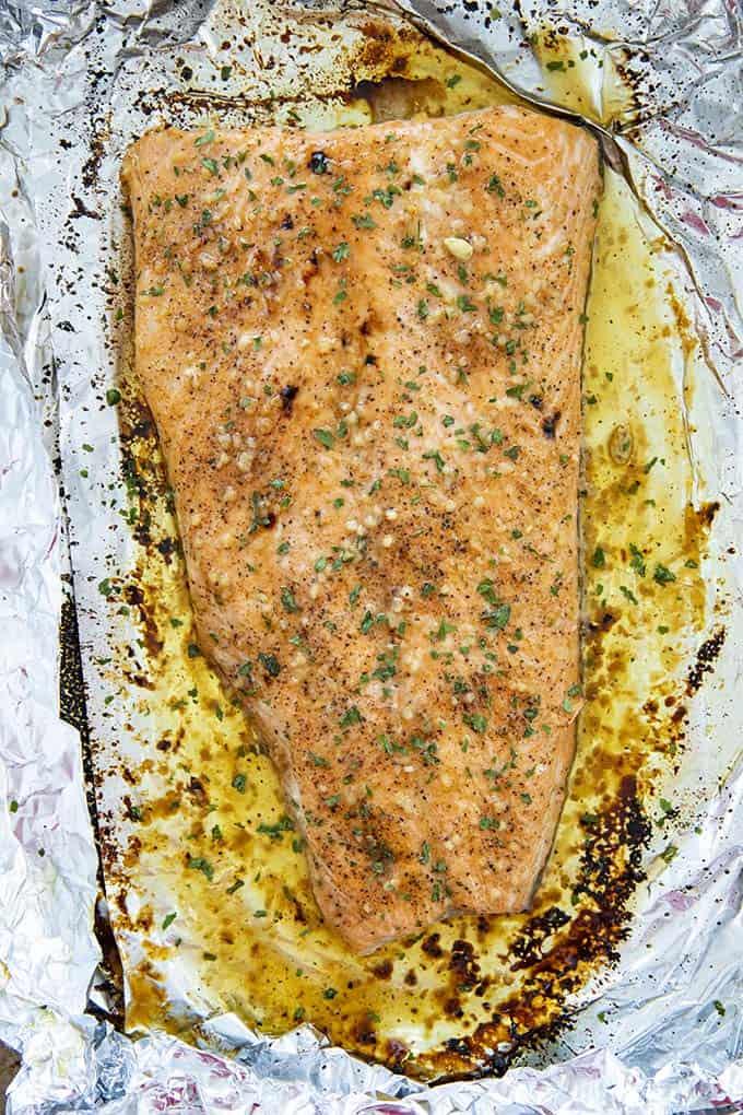 salmón al horno en una bandeja para hornear