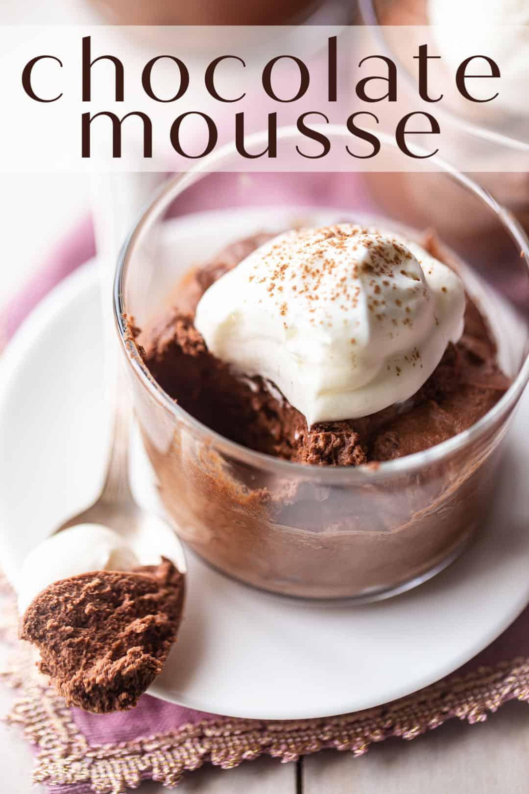 """Receta de mousse de chocolate, preparada y servida en un tazón pequeño de vidrio, con crema batida y una superposición de texto arriba que dice """"Mousse de chocolate""""."""