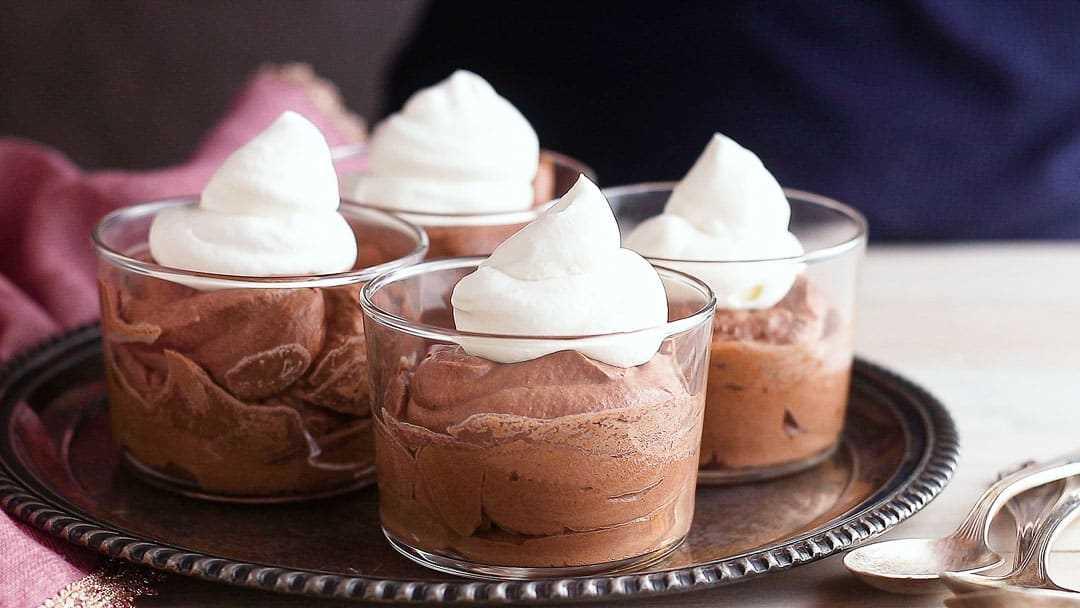 Cubrir la mousse de chocolate con crema batida.