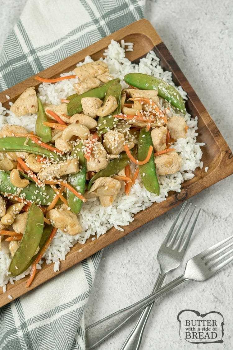 pollo anacardo sobre arroz en una bandeja de madera