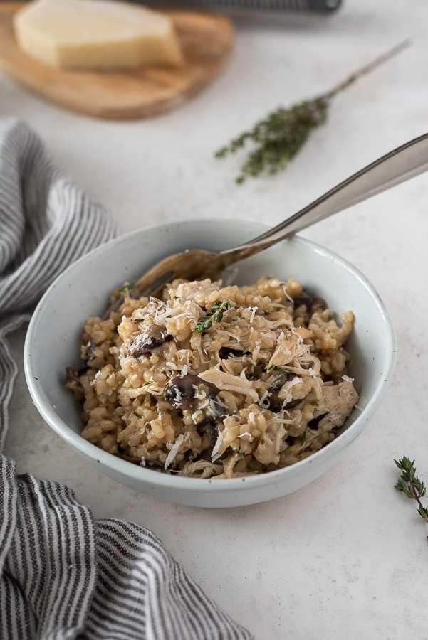 tigela instantânea de frango e arroz com garfo