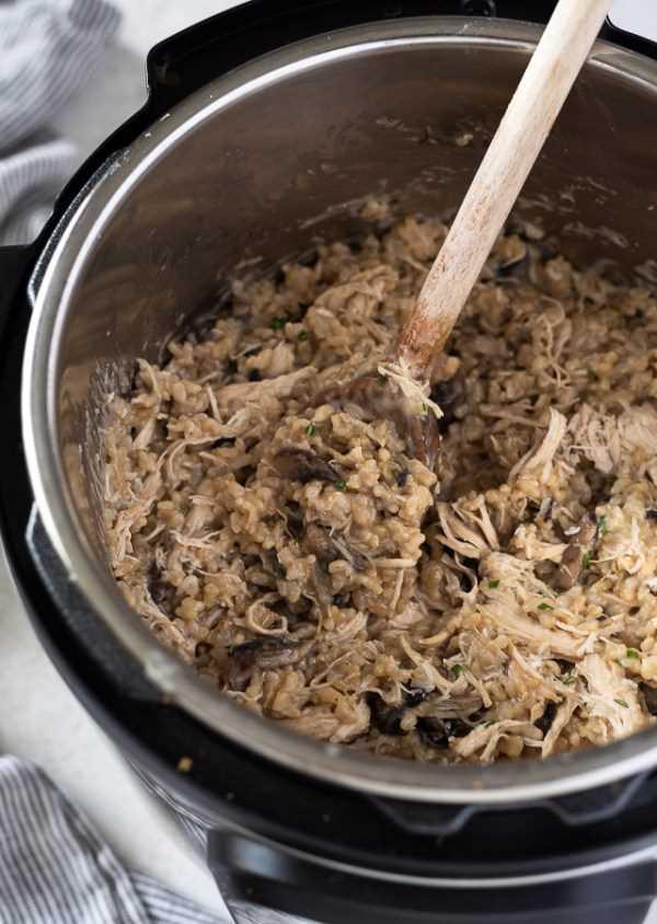 Caçarola de frango e arroz em panela instantânea com colher de pau