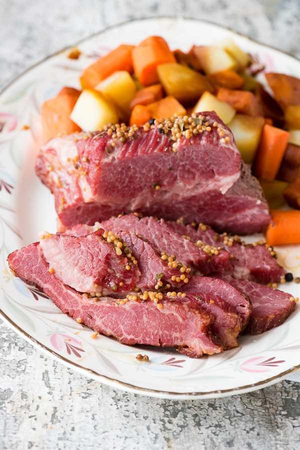 Pechuga de carne en conserva instantánea en cerveza con verduras servidas en un plato