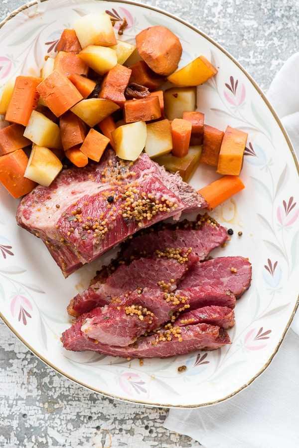 Pechuga de carne en conserva instantánea en cerveza con verduras en un plato