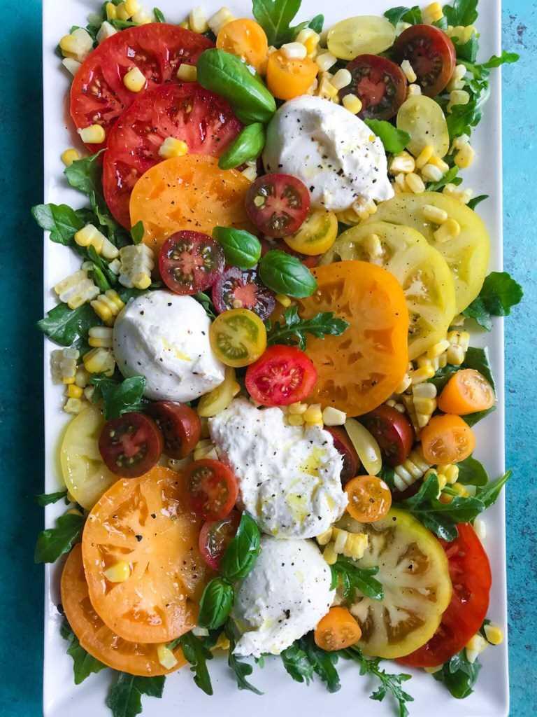 Salada primavera de tomate e burrata