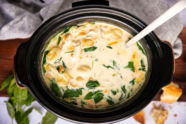 vista de arriba hacia abajo en una vasija negra llena de sopa cremosa