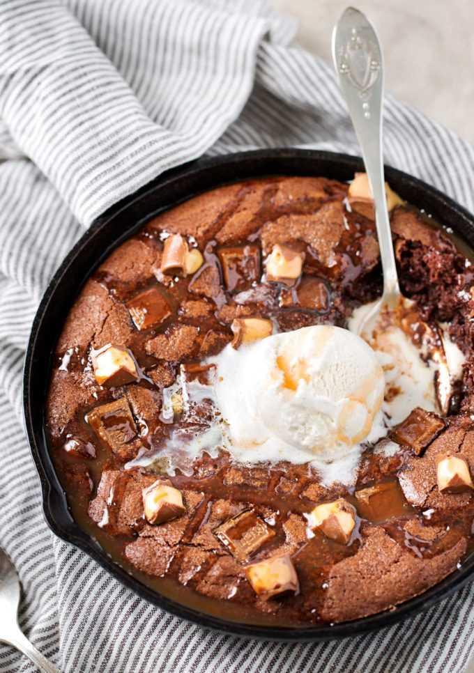 """Esta receta de brownie de un tazón se hornea en una sartén, lo que significa que puedes cavar directamente en el brownie caliente y pegajoso de inmediato. Relleno de caramelo y chocolate, ¡este es un brownie cargado! #brownie #brownies #brownierecipe #dessert #dessertrecipe #skillet #easyrecipe #caramel #chocolate """"width ="""" 680 """"height ="""" 966 """"data-pin-description ="""" Esta receta de brownie de un tazón se hornea en una sartén, lo que significa que usted puede cavar directamente en el pegajoso y cálido brownie de inmediato! Relleno de caramelo y chocolate, ¡este es un brownie cargado! #brownie #brownies #brownierecipe #dessert #dessertrecipe #skillet #easyrecipe #caramel #chocolate """"srcset ="""" https://www.thechunkychef.com/wp-content/uploads/2017/05/Skillet-Brownie-Recipe-icecream- 680x966.jpg 680w, https://www.thechunkychef.com/wp-content/uploads/2017/05/Skillet-Brownie-Recipe-icecream-550x781.jpg 550w, https://www.thechunkychef.com/wp- content / uploads / 2017/05 / Skillet-Brownie-Recipe-icecream-768x1090.jpg 768w, https://www.thechunkychef.com/wp-content/uploads/2017/05/Skillet-Brownie-Recipe-icecream.jpg 1360w """"tamaños ="""" (ancho máximo: 680px) 100vw, 680px """"></p> <h2>VARIACIONES DE ESTA RECETA</h2> <ul> <li> <strong>CARAMELO</strong> – Si prefiere un tipo diferente de dulce, ¡no dude en cambiarlo! Mi otra opción favorita personal son las barras Snickers.</li> <li> <strong>SALSA DE CHOCOLATE CALIENTE</strong> – Para una dosis extra de chocolate, pruebe con una pizca de salsa de chocolate caliente.</li> <li> <strong>CARAMELO</strong> – en lugar de comprar salsa de caramelo comprada en la tienda, recomiendo mi <strong>salsa de caramelo salado con mantequilla dorada</strong>… no toma mucho tiempo para hacer y es <em>fabuloso</em>!!</li> <li> <strong>CAFÉ EXPRÉS</strong> – Una de mis cosas favoritas para agregar a mis productos horneados de chocolate es el polvo de espresso. Agrega una deliciosa nota de fondo de café que mejora el sabor del chocolate. ¡Intenta agregar 1"""