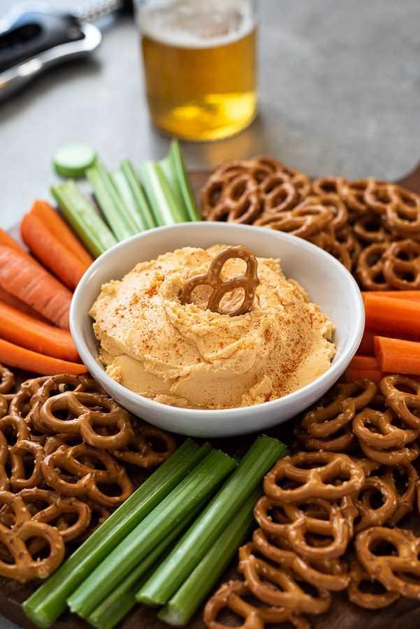 salsa de queso de pub con pretzel bañado en el medio