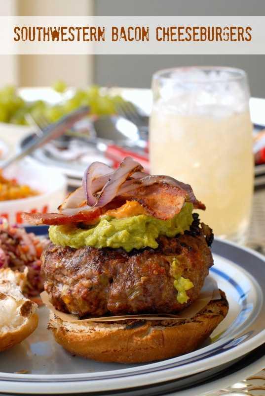 Southwestern Bacon Cheeseburger en un plato con un vaso de una bebida fría detrás
