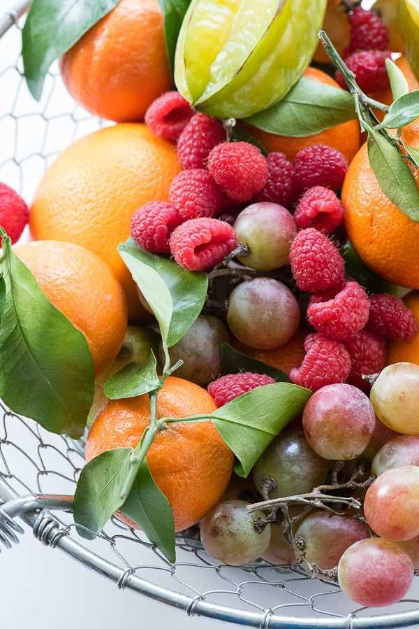 variedade de frutas frescas em uma cesta de malha de arame