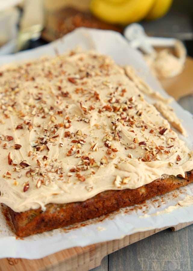 pastel de hoja pastel de plátano esmerilado sobre papel pergamino y tabla de cortar