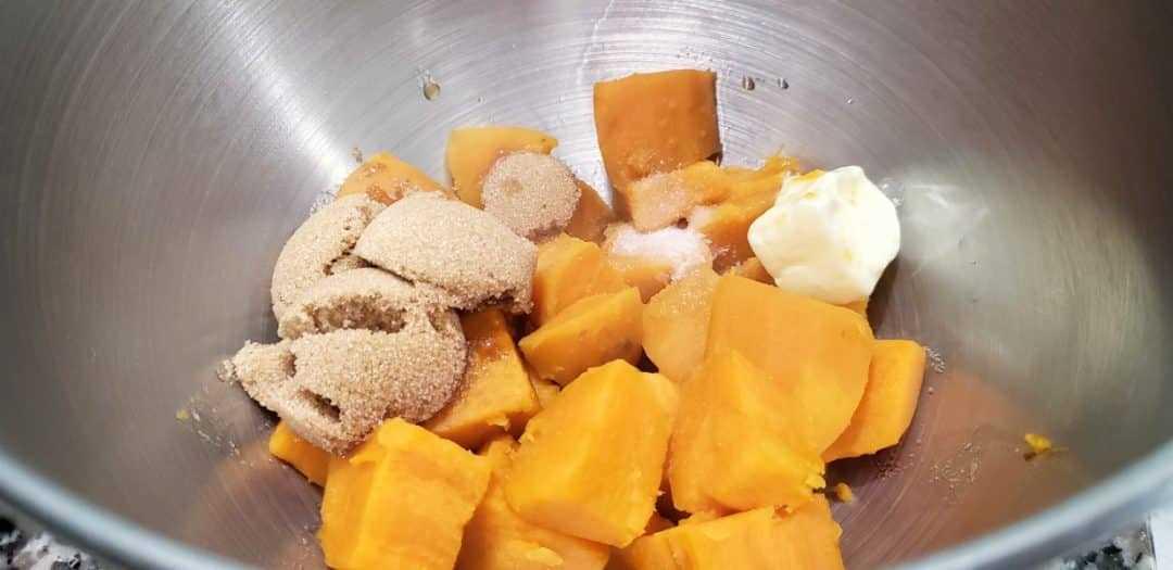 batatas en cubos, azúcar morena, mantequilla, sal y vainilla en un tazón