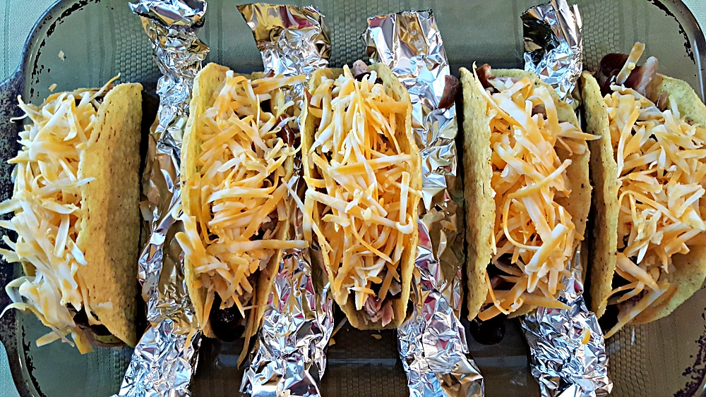 "uma assadeira com cinco tacos com queijo ralado ""srcset ="" https://cdn1.zonacooks.com/wp-content/uploads/2017/08/Smoky-Pulled-Pork-Tork-Tacos-Recipe-for-Two-6. jpg 1000w, https://cdn1.zonacooks.com/wp-content/uploads/2017/08/Smoky-Pulled-Porked-PorkedTacos-Recipe-for-Two-6-500x282.jpg 500w ""tamanhos ="" (máx. largura: 1000 px) 100 vw, 1000 px"