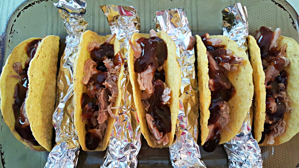"uma assadeira com cinco tacos recheados com carne de porco picada e molho barbecue ""srcset ="" https://cdn1.zonacooks.com/wp-content/uploads/2017/08/Smoky-Pulled-Porked-Pork-Tacos-Recipe -for- Two-5.jpg 1000w, https://cdn1.zonacooks.com/wp-content/uploads/2017/08/Smoky-Pulled-Pork-Tacos-Recipe-for-Two-5-500x282.jpg 500w ""size ="" (largura máxima: 1000 px) 100vw, 1000 px"