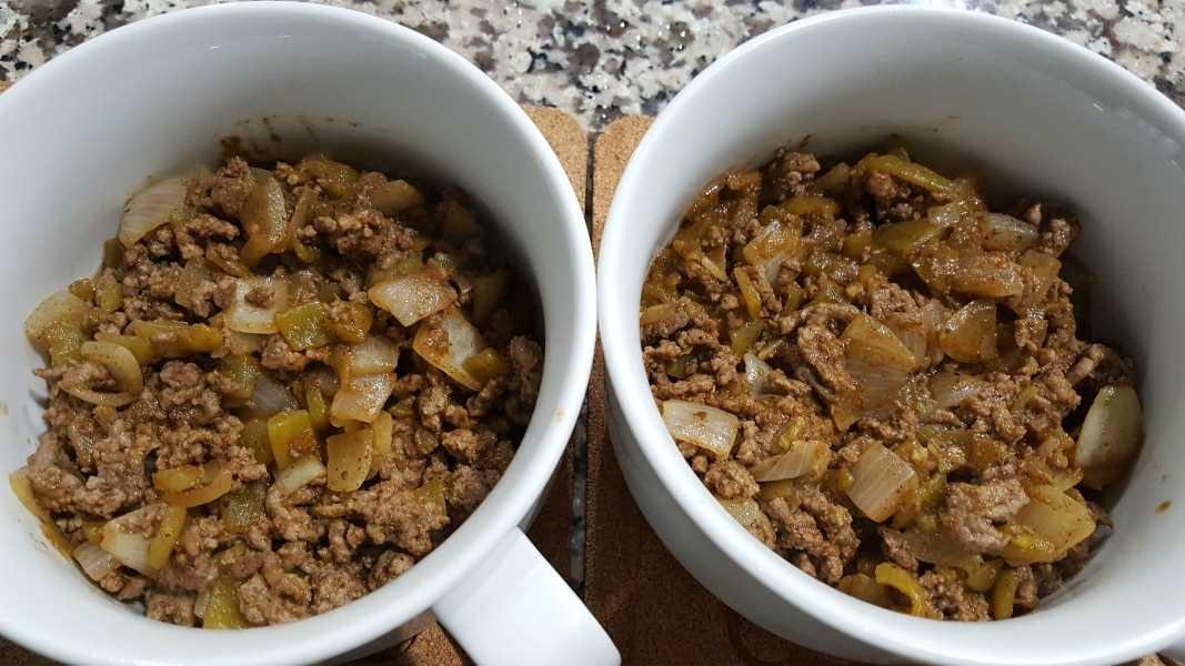 dos platos redondos para hornear rellenos con carne molida, ajo, chiles verdes, comino, orégano y chile en polvo