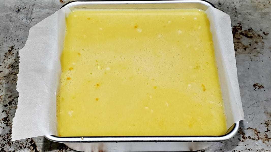 """relleno de limón vertido en molde para pasteles """"srcset ="""" https://juegoscocinarpasteleria.org/wp-content/uploads/2020/02/1582918700_997_Mile-High-Easy-Lemon-Bars-Receta-para-dos.jpg 1066w , https://cdn1.zonacooks.com/wp-content/uploads/2018/08/Mile-High-Easy-Lemon-Bars-Recipe-for-Two-6-500x281.jpg 500w """"tamaños ="""" (max- ancho: 1066px) 100vw, 1066px"""