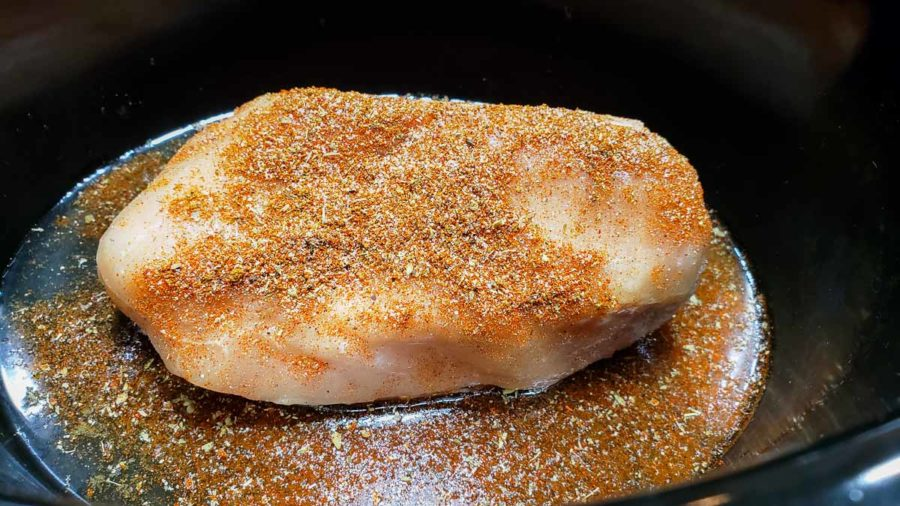 "una chuleta de pollo deshuesada en una olla de barro rociada con condimento para tacos ""srcset ="" https://cdn1.zonacooks.com/wp-content/uploads/2019/12/Crockpot-Chicken-Tacos-Dinner-for-Two-2-900x506 .jpg 900w, https://cdn1.zonacooks.com/wp-content/uploads/2019/12/Crockpot-Chicken-Tacos-Dinner-for-Two-2-500x281.jpg 500w, https: //cdn1.zonacooks .com / wp-content / uploads / 2019/12 / Crockpot-Chicken-Tacos-Dinner-for-Two-2-768x432.jpg 768w, https://cdn1.zonacooks.com/wp-content/uploads/2019/ 12 / Crockpot-Chicken-Tacos-Dinner-for-Two-2-1080x608.jpg 1080w, https://cdn1.zonacooks.com/wp-content/uploads/2019/12/Crockpot-Chicken-Tacos-Dinner-for -Two-2-320x180.jpg 320w, https://cdn1.zonacooks.com/wp-content/uploads/2019/12/Crockpot-Chicken-Tacos-Dinner-for-Two-2-480x270.jpg 480w, https : //cdn1.zonacooks.com/wp-content/uploads/2019/12/Crockpot-Chicken-Tacos-Dinner-for-Two-2-720x405.jpg 720w, https://cdn1.zonacooks.com/wp- content / uploads / 2019/12 / Crockpot-Chicken-Tacos-Dinner-for-Two-2-735x413.jpg 735w, https: //cdn1.zonacooks. com / wp-content / uploads / 2019/12 / Crockpot-Chicken-Tacos-Dinner-for-Two-2.jpg 1200w ""tamaños ="" (ancho máximo: 900px) 100vw, 900px"