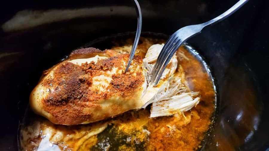 """dos tenedores que trituran pollo taco cocido en una olla de cocción lenta """"srcset ="""" https://juegoscocinarpasteleria.org/wp-content/uploads/2020/02/1582918751_824_Cena-de-tacos-de-pollo-a-fuego-lento-para-dos.jpg 900w, https://cdn1.zonacooks.com/wp-content/uploads/2019/12/Crockpot-Chicken-Tacos-Dinner-for-Two-3-500x281.jpg 500w, https://cdn1.zonacooks.com /wp-content/uploads/2019/12/Crockpot-Chicken-Tacos-Dinner-for-Two-3-768x432.jpg 768w, https://cdn1.zonacooks.com/wp-content/uploads/2019/12/ Crockpot-Chicken-Tacos-Dinner-for-Two-3-1080x608.jpg 1080w, https://cdn1.zonacooks.com/wp-content/uploads/2019/12/Crockpot-Chicken-Tacos-Dinner-for-Two -3-320x180.jpg 320w, https://cdn1.zonacooks.com/wp-content/uploads/2019/12/Crockpot-Chicken-Tacos-Dinner-for-Two-3-480x270.jpg 480w, https: / /cdn1.zonacooks.com/wp-content/uploads/2019/12/Crockpot-Chicken-Tacos-Dinner-for-Two-3-720x405.jpg 720w, https://cdn1.zonacooks.com/wp-content/ uploads / 2019/12 / Crockpot-Chicken-Tacos-Dinner-for-Two-3-735x413.jpg 735w, https://cdn1.zonacooks.com/wp-content/u ploads / 2019/12 / Crockpot-Chicken-Tacos-Dinner-for-Two-3.jpg 1200w """"tamaños ="""" (ancho máximo: 900px) 100vw, 900px"""