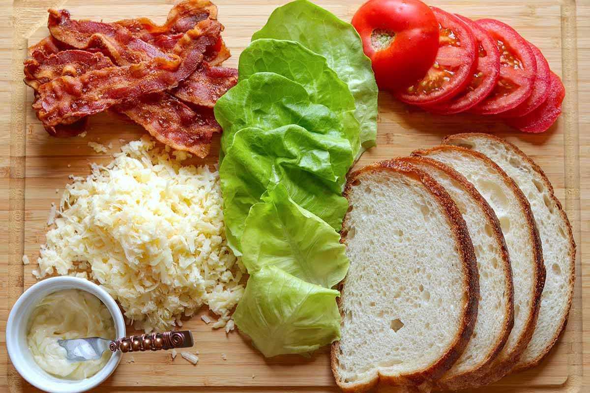 Cómo hacer un queso BLT a la parrilla: una foto de todos los ingredientes
