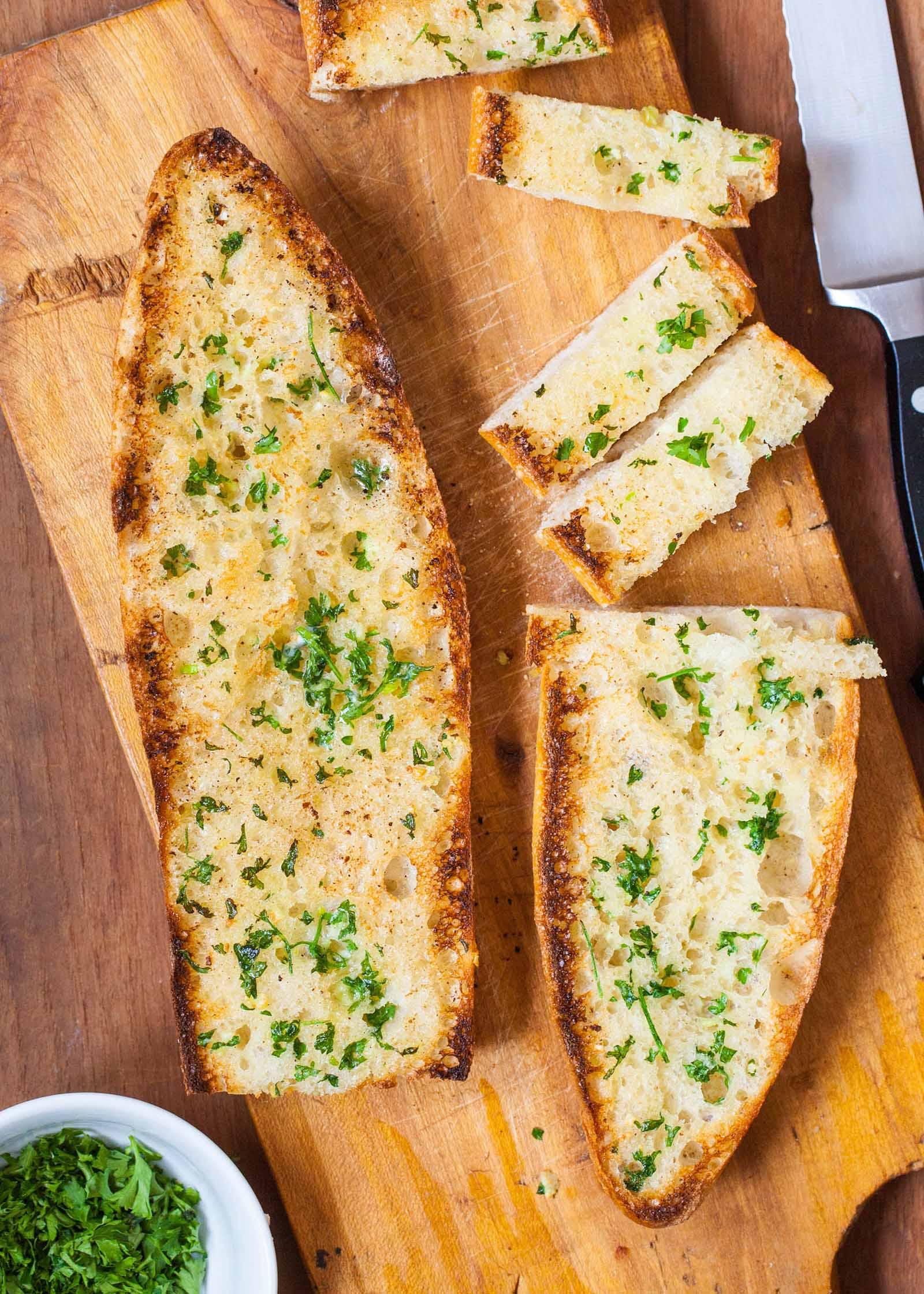 Cómo hacer pan de ajo: suave o crujiente
