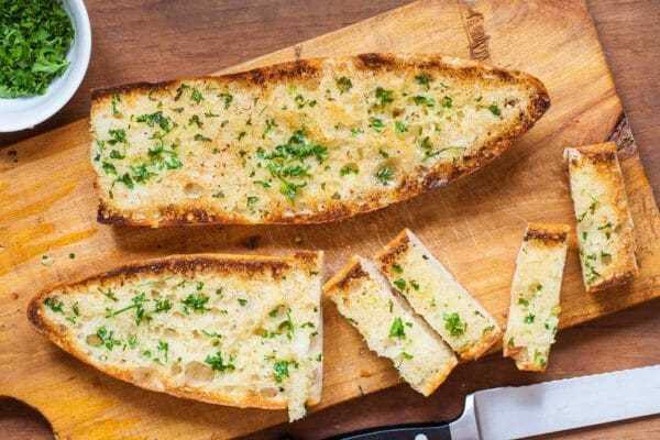 Pan de ajo casero cortado en rodajas