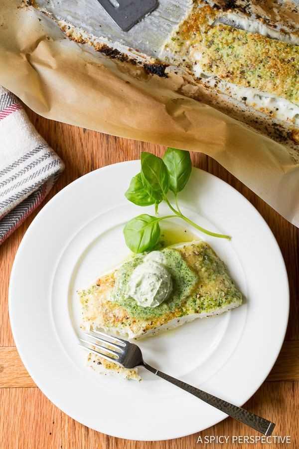 Halibut al horno con costra de almendras y mantequilla de albahaca en ASpicyPerspective.com # 5ingredient #halibut