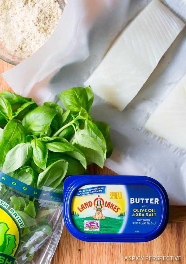 Hacer halibut cocido al horno con almendras y 5 ingredientes con mantequilla de albahaca en ASpicyPerspective.com # 5ingredient #halibut