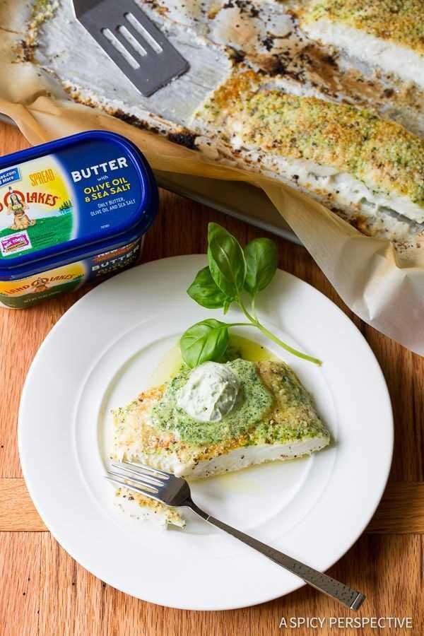 Fabuloso halibut al horno con costra de almendras y mantequilla de albahaca en ASpicyPerspective.com # 5ingredient #halibut
