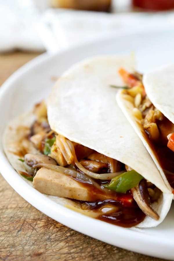 Receita de Mu Shoo Tofu: Este post é um moo shu tofu vegetariano saudável, cheio de legumes e misturado com um molho doce e salgado. Você pode usar tortilhas ou alface para atuar como uma panqueca para este rápido refogado. A comida chinesa caseira tornou-se mais saudável e inteligente em apenas 20 minutos! #chinesefood #stirfry #healthyeating #vegetables #tofu | pickledplum.com