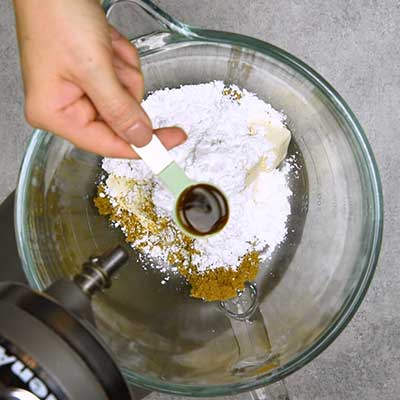 Apple Brickle Dip Paso 1 - Agregue el extracto de vainilla.