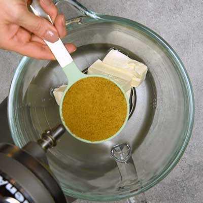 Apple Brickle Dip Paso 1 - Agregue el azúcar morena.