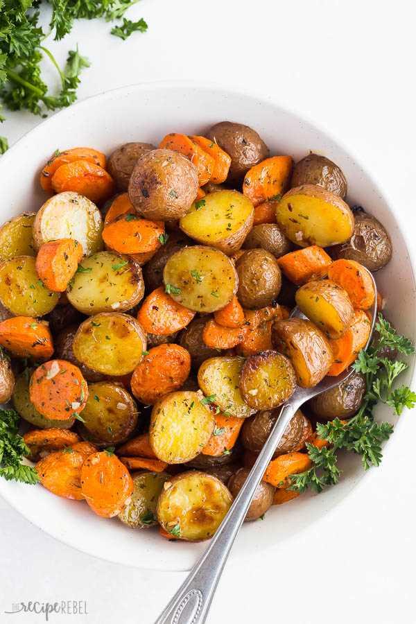 papas asadas y zanahorias en un tazón