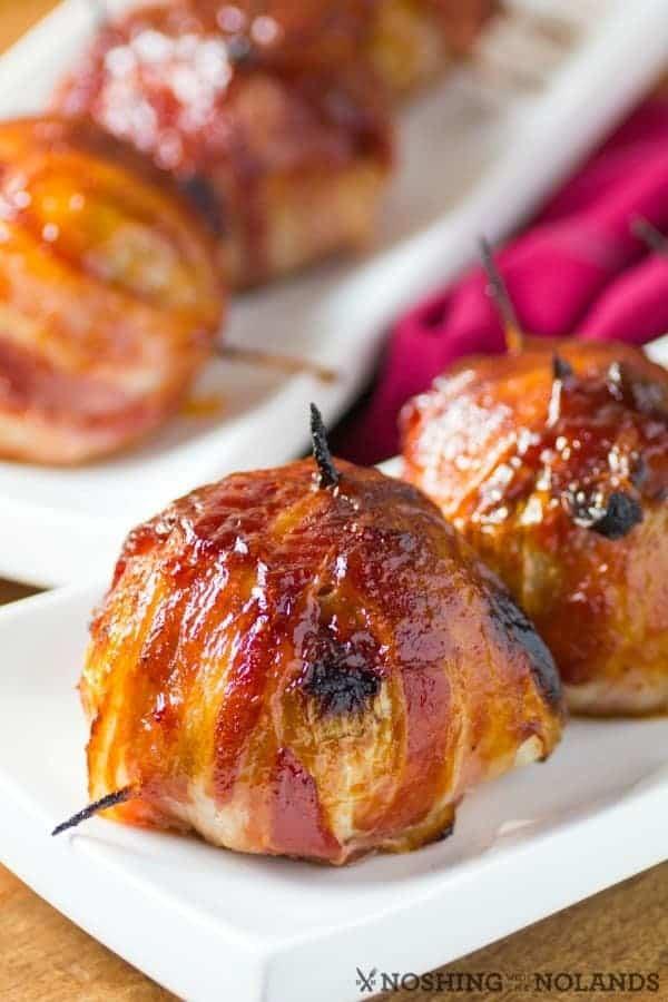 BBQ Bacon envuelve bombas de cebolla en un plato blanco