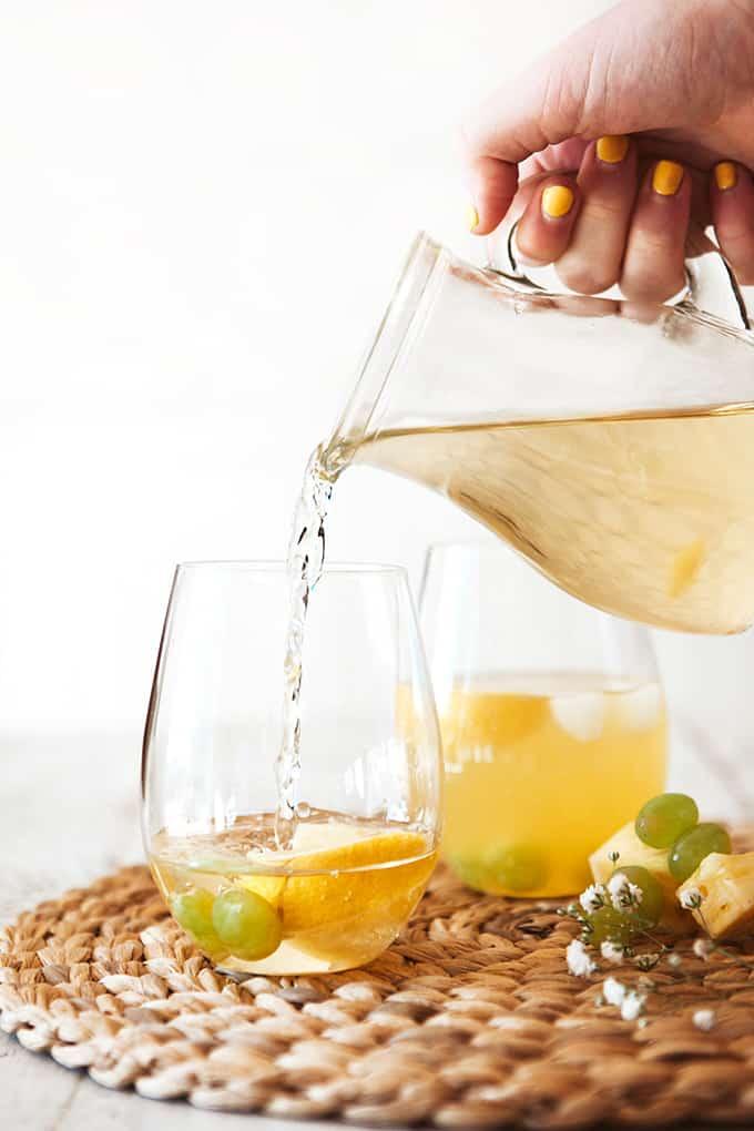 Hacer un Spritzer de uva blanca y piña