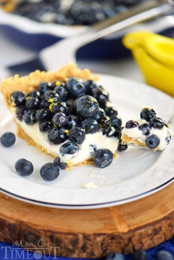 Torta de creme de limão e mirtilo sem cozer em um prato branco sobre uma mesa redonda