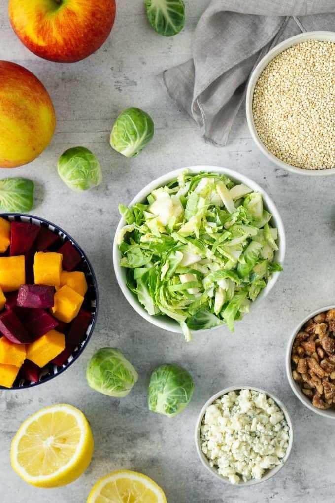 ingredientes para una ensalada de cosecha de otoño