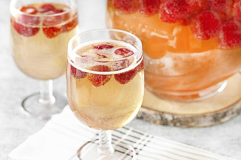 Strawberry Champagne Party Punch en vasos y una jarra