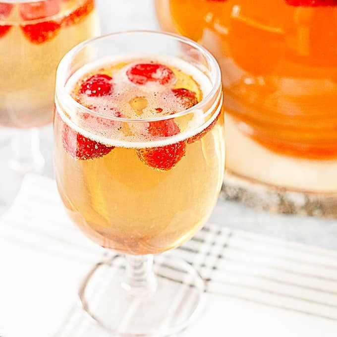 Copa de ponche de fresa y champán
