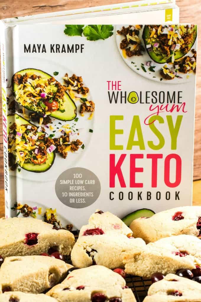 El libro de cocina Easy Keto con bollos a la vanguardia.