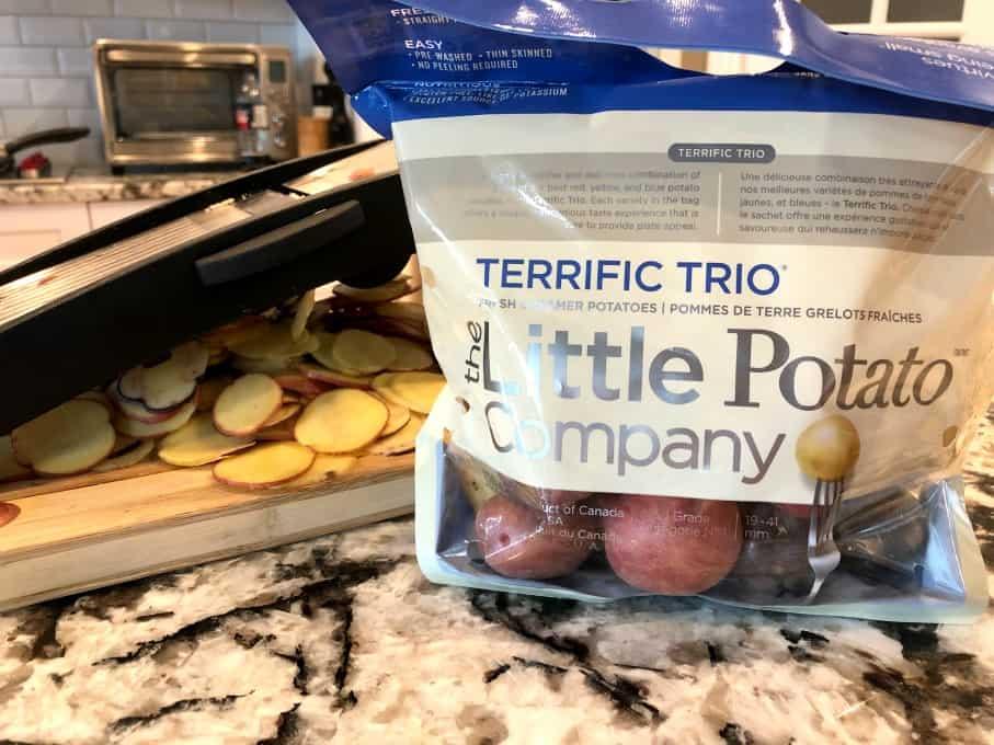 Patatas en rodajas con una mandolina