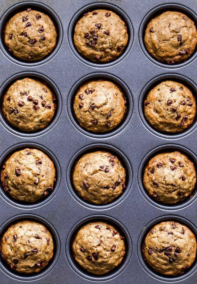Muffins de chips de chocolate y plátano sin gluten en un molde para muffins.