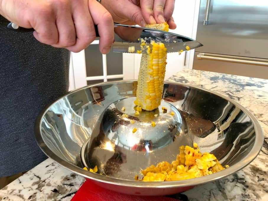 Eliminando el maíz de la mazorca en el método de tazón invertido.