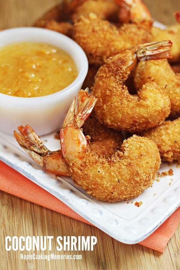 Recetas de camarones de coco en un plato blanco con salsa