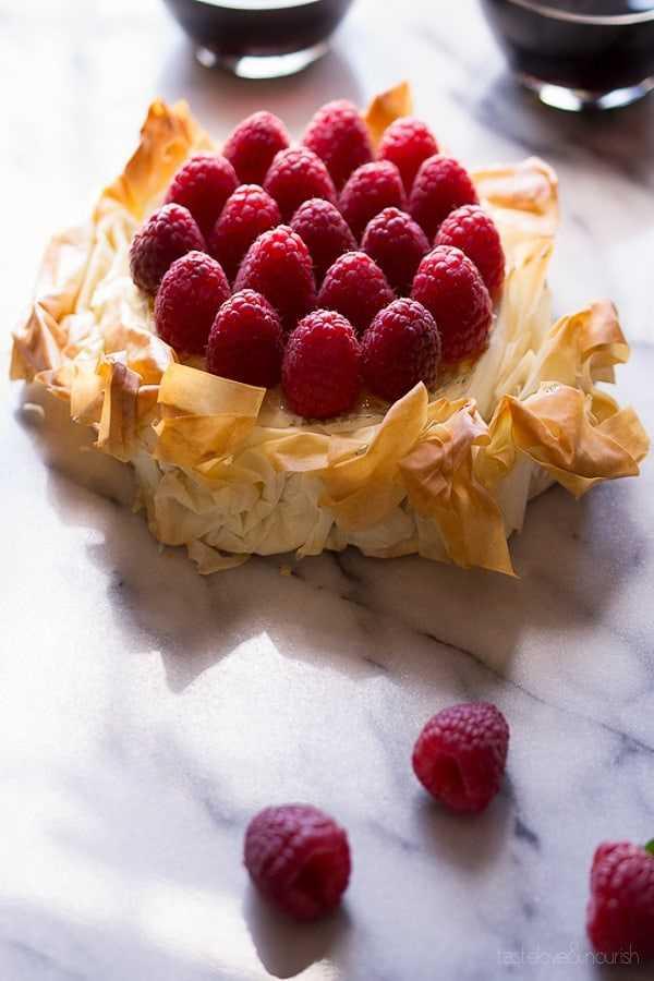 Brie Phyllo Torte con frambuesas frescas en una losa de mármol de 18 recetas de aperitivos fáciles de fiesta caliente